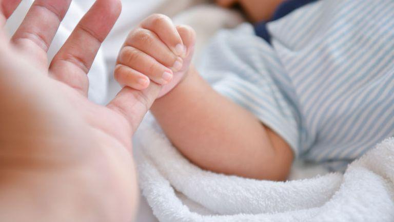 Arad: Bebeluș de numai nouă zile, internat cu COVID-19. Copilul s-a vindecat și a fost externat