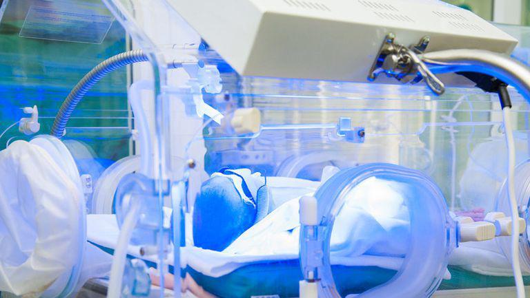 Un bebeluș a murit la o oră după naștere din cauza unei erori medicale