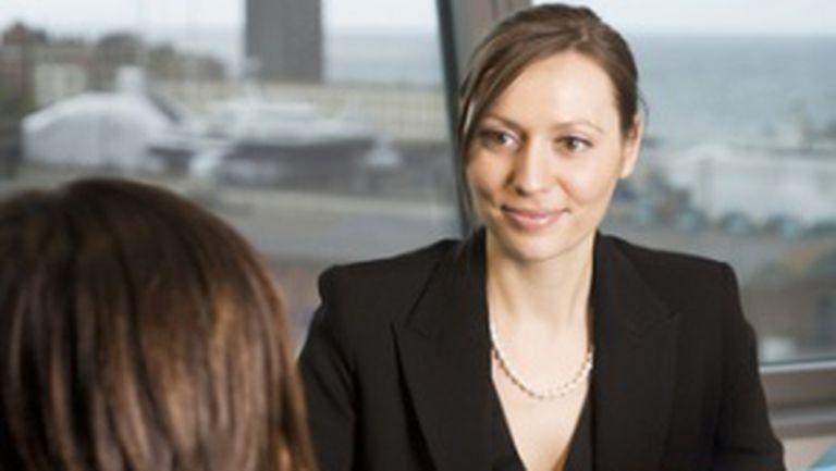 Interviul de angajare: cine fură căciula cui?