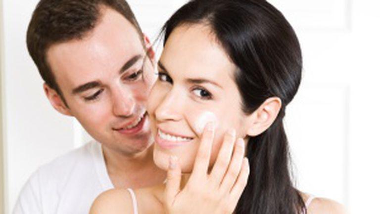 Gesturi feminine pe care bărbaţii le adoră