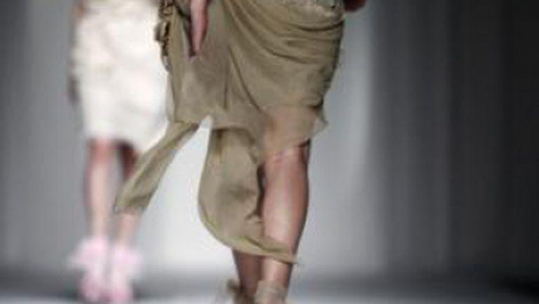 Video: modele care cad pe catwalk