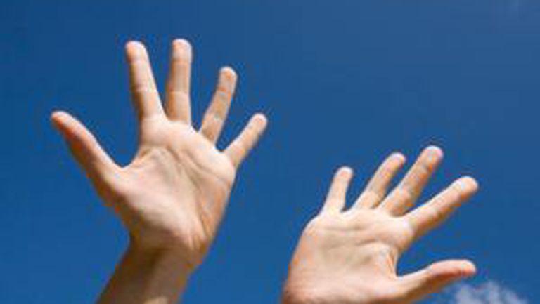 Află ce înseamnă când te mănâncă palma!