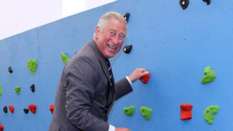 Şocant! Prinţul Charles, cocoţat pe un perete artificial de escaladă