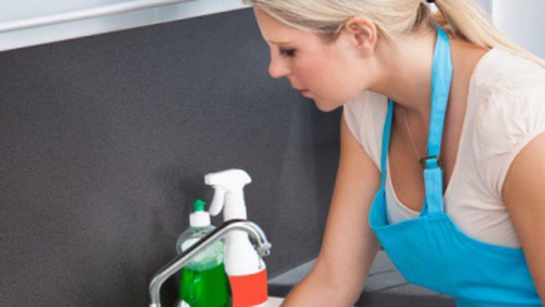 Cum să-ţi cureţi corect chiuveta din bucătărie