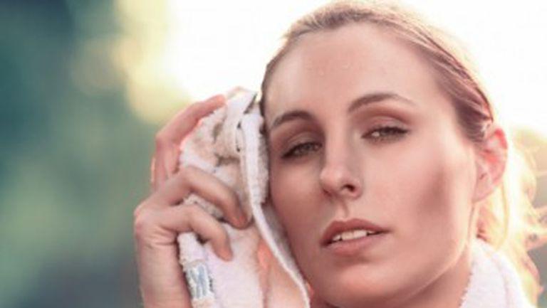 femeie transpirata prosop