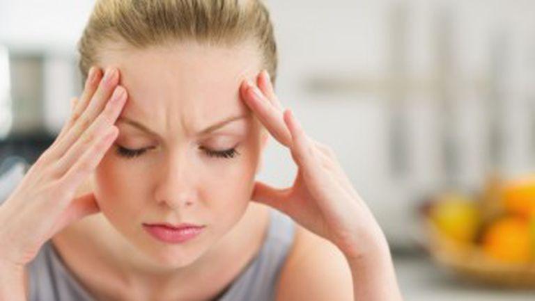 femeie pe care o doare capul