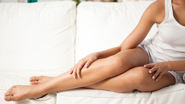 Vara e perioada în care picioarele noastre trebuie să arate impecabil! Uite cum poți obține o piele fina, fără iritații sau fire crescute sub piele!
