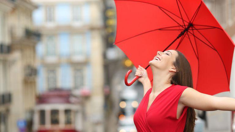 femeie cu rochie rosie