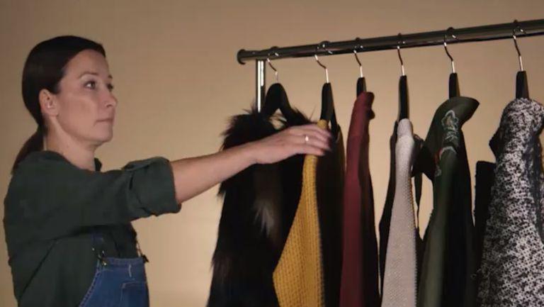 Urmărește clipul video din articol și vezi cum ar trebui să-ți așezi corect puloverele pe umerașe, pentru ca hainele tale să nu se mai lărgească!