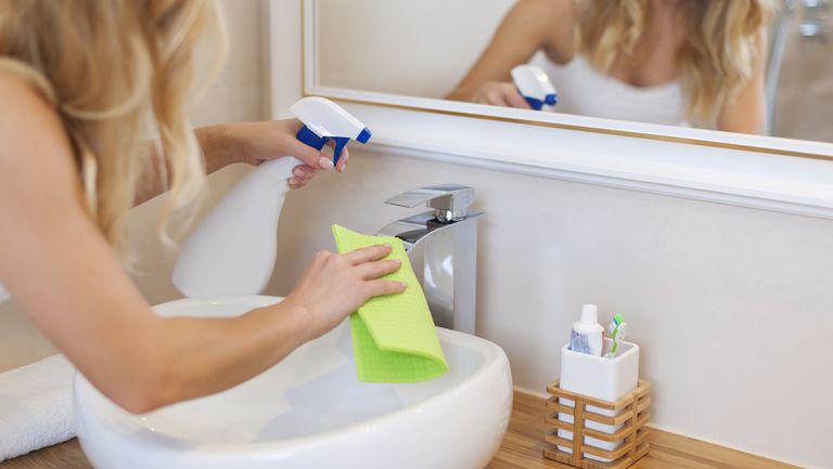 În general, curățenia băii ar trebui să se întâmple săptămânal. Această rutină trebuie să includă și igienizarea căzii sau a cabinei de duș.