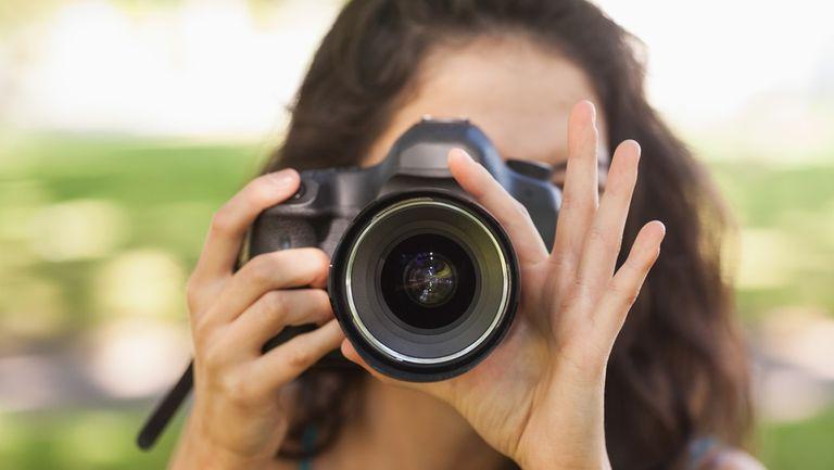 femeie care face poze