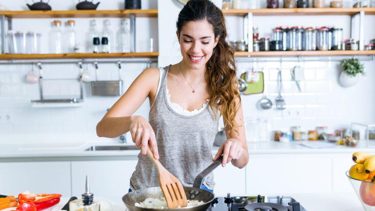 5 trucuri ca să îți păstrezi bucătăria curată și organizată atunci când gătești