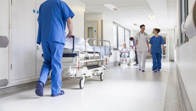 Legea care permite bolnavilor să-și recupereze banii cheltuiți în spitale - medici care merg pe holul spitalului
