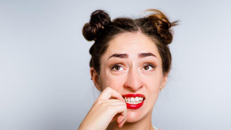 Ce spun obiceiurile zilnice despre noi - Femeie cu codite ingrijorata