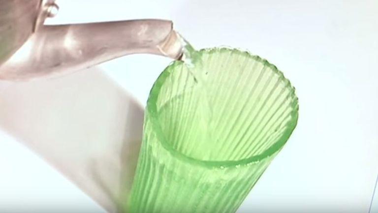Pahar comestibil umplut cu apă de la robinet