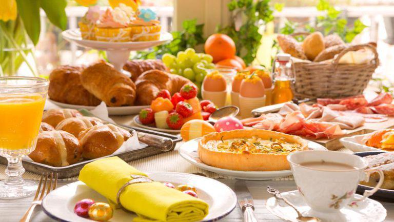 Bunătăți așezate pe masă pentru Paște