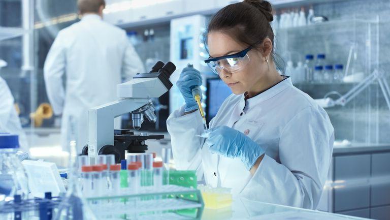 Un simplu TEST DE URINĂ ar putea depista cancerul! - femeie care lucreaza in laborator