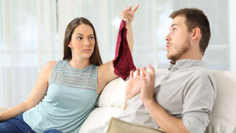 o tanata descopera o pereche de lenjerie intima si i-o arata sotului ei