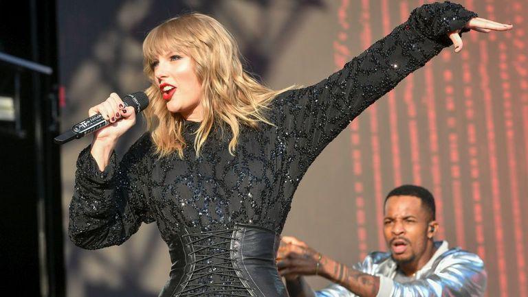 Taylor Swift, performând pe scenă