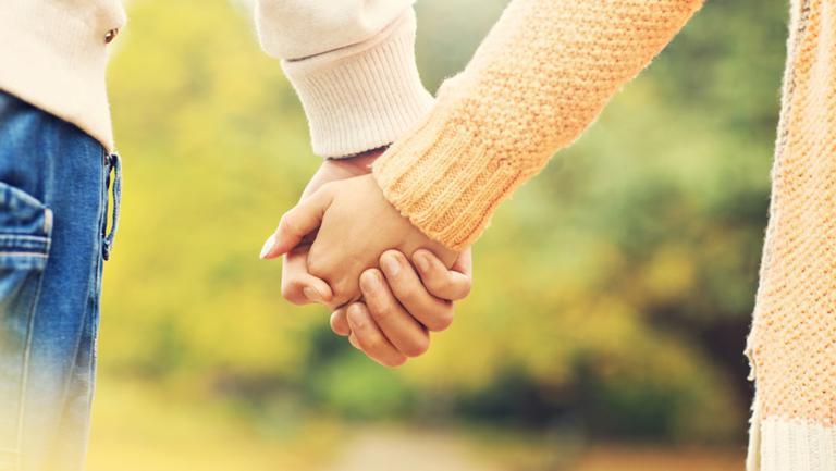 Felul în care te ține de mână spune multe despre relația voastră