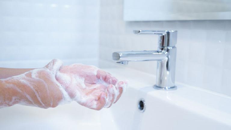 Te speli des pe mâini? Iată câteva sfaturi pentru tratarea mâinilor după spălarea excesivă