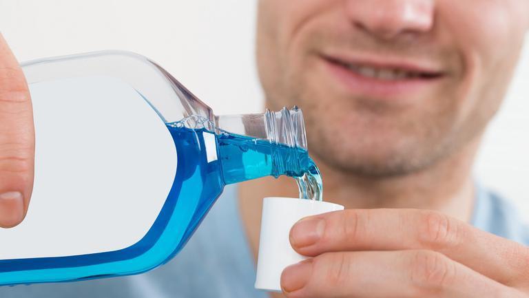 Să fie adevărat? Gargara cu apă oxigenată + apa de gură omoară virusul și previne infectările cu Coronavirus