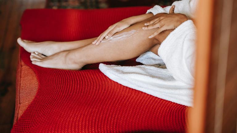 (P) 3 metode eficiente care te vor ajuta să ai o piele catifelată și hidratată pe timpul verii