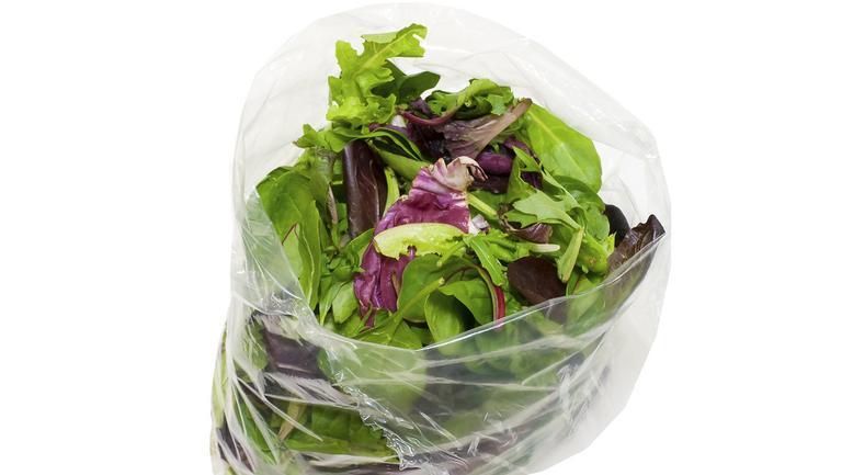 Trucul care păstreză salata proaspătă mai mult timp