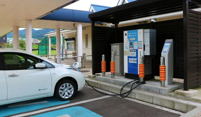 """Posesorii de mașini electrice nu mai trebuie să """"vâneze"""" stațiile de încărcare. Soluția unui antreprenor român"""