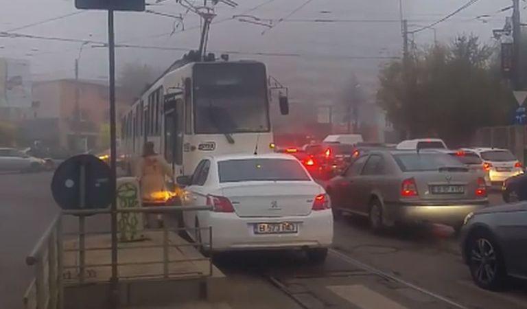 O şoferiţă din Bucureşti care depăşea pe linia de tramvai a produs clipul anului