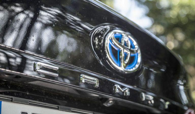 Președintele Toyota avertizează: mașinile electrice pot duce industria auto în colaps