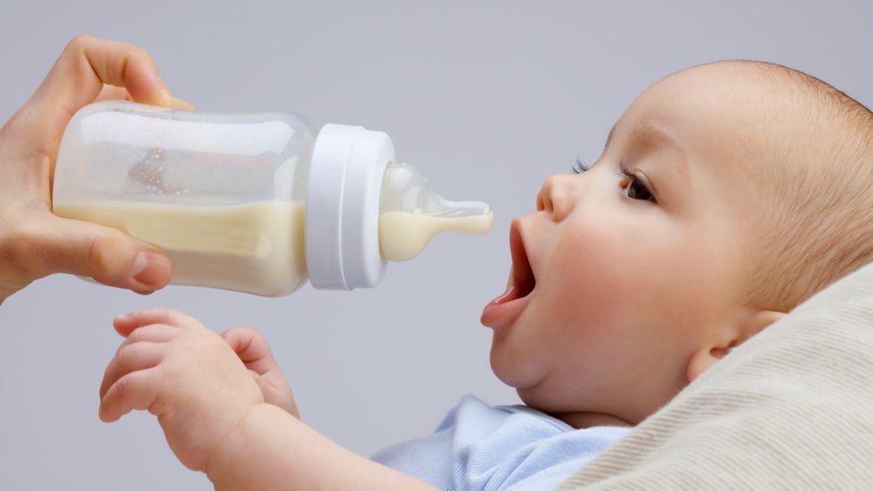 Cât mănâncă un bebeluș în primele luni
