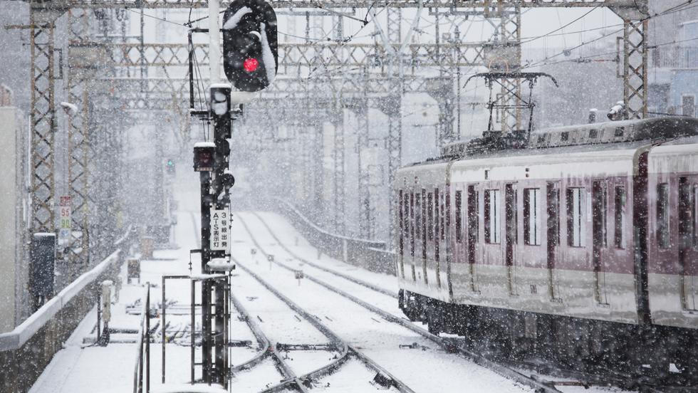 Trenurile au întârzieri mari din cauza vremii! În Constanța, circulaţia feroviară a fost temporar suspendată