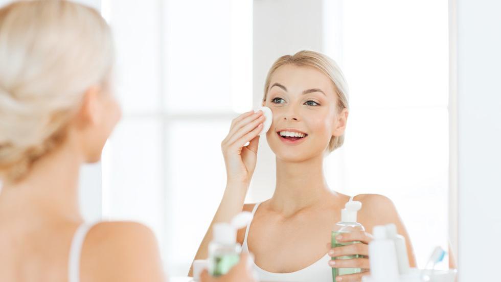 De ce ar trebui să îți cureți fața de 2 ori
