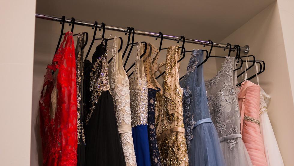 De Black Friday 2017 ai ocazia să-ți cumperi o rochie de seară, poate chiar de Revelion, la preț redus
