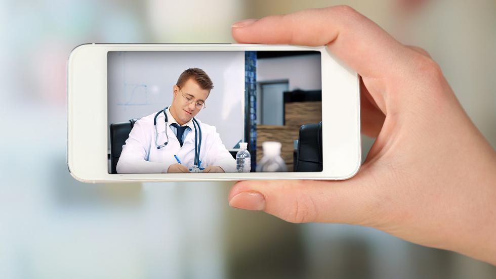 Un fals medic ginecolog, consulta femeile prin camera de la telefon, apoi le șantaja