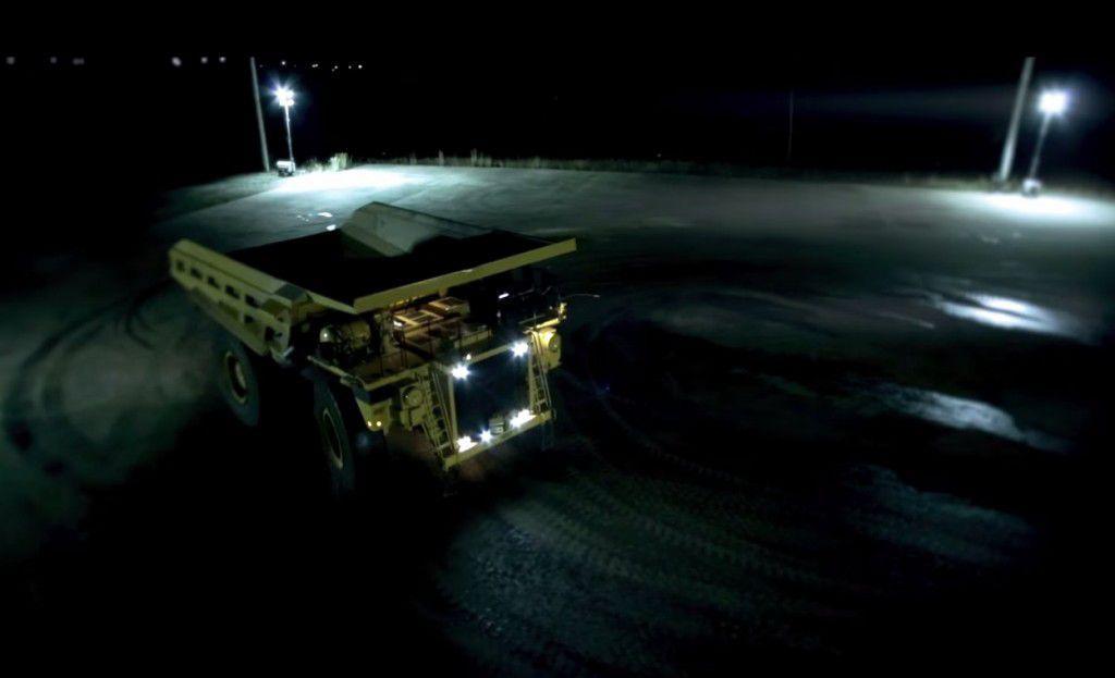 Ken Block este un pitic! Uite cum se face un drift adevarat, cu un camion de 200 de tone!!!