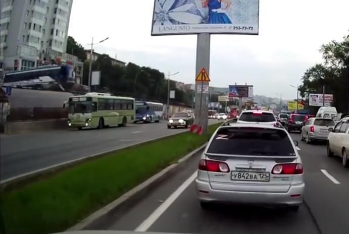 Un autobuz sare peste o alta statie de autobuz. La propriu