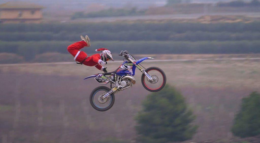 Cand Mos Craciun isi face de cap pe motocicleta