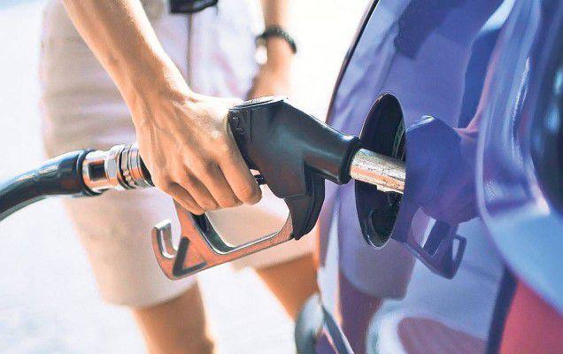 Soluția scăderii prețului carburanților ar putea veni din partea hypermarketurilor