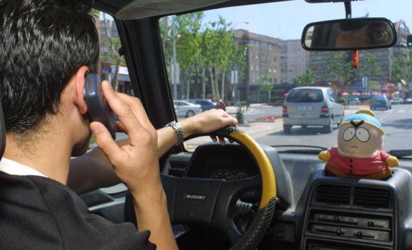 Șase din zece șoferi vorbesc la mobil în timp ce conduc