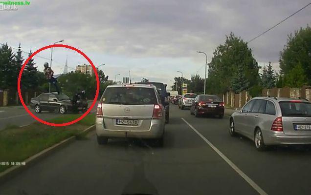 Accident spectaculos în Letonia! Doi motocicliști au văzut moartea cu ochii după ce s-au lovit de o mașină!