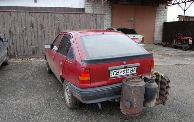 Vecinii noștri au găsit o soluție economică! În Ucraina, localnicii alimentează mașinile cu lemne