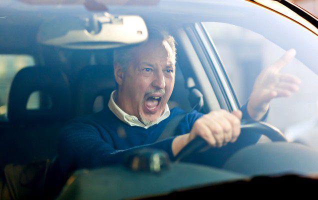 Studiu: Bărbații sunt mai agresivi în trafic, le place riscul și nu ezită să șicaneze