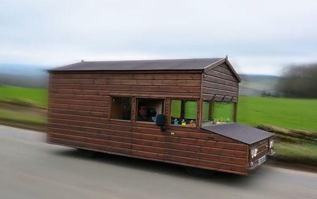 Uite cum și-a transformat un britanic mașina în cabană! Ai idee ce marcă era la bază? | VIDEO