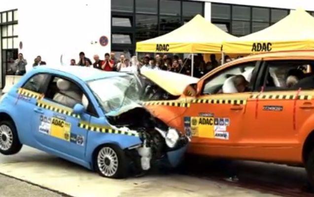 David versus Goliat! Cum arată un impact frontal între Fiat 500 și Audi Q7 | VIDEO