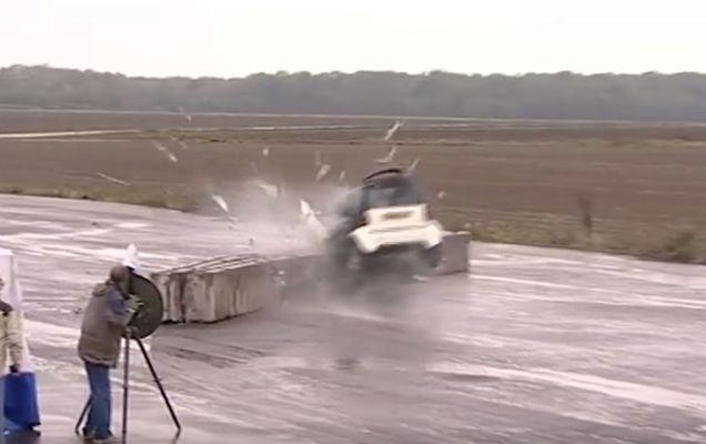 Ce se întâmplă cu un Smart care se lovește cu 100 de km/h de un zid | VIDEO