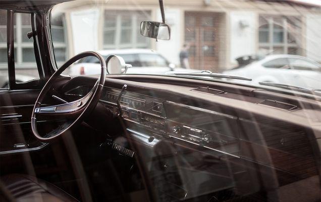 De ce volanul nu este poziționat pe centrul mașinii?