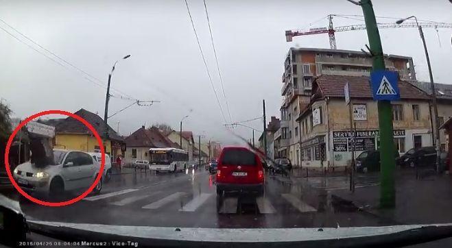 De ce e bine să fii cu ochii în patru la volan! Uite cum a comis-o un șofer în Brașov!   VIDEO