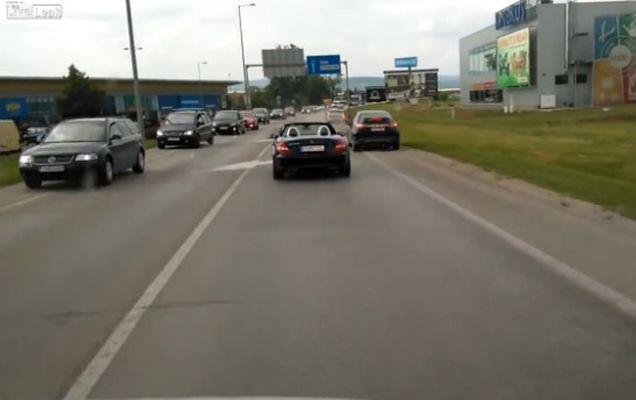 Toate mașinile se dau din calea ambulanței cu excepția unei! Vezi cum s-a comportat șoferul unei decapotabile! | VIDEO